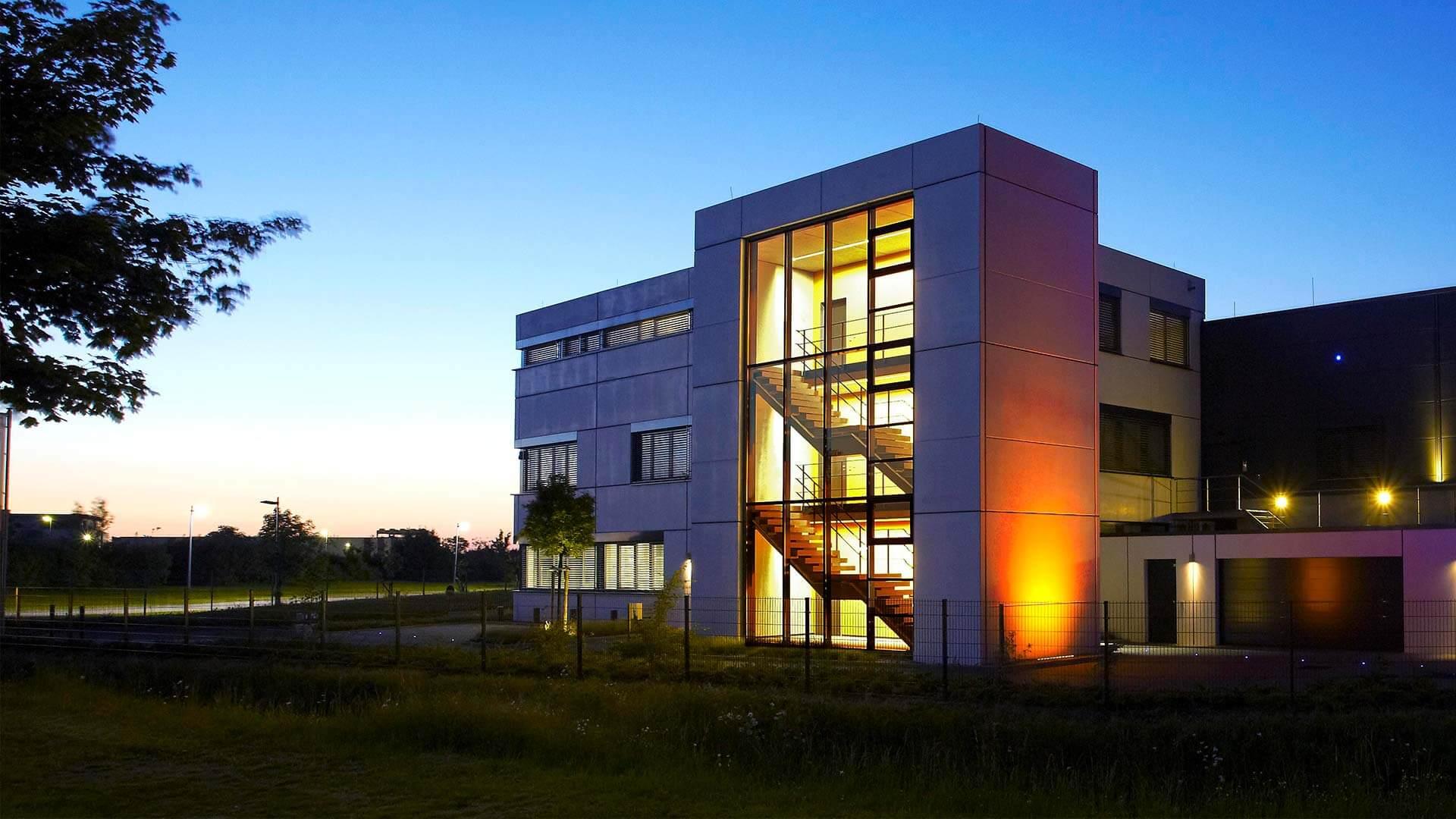 aixFOAM-äänieristys - Yritysrakennus, jossa valmistetaan äänenvaimentimia